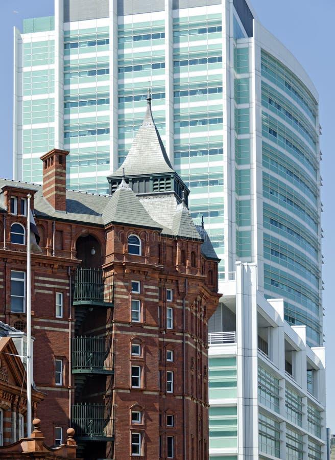 Nytt sjukhus för universitethögskola och den gamla korsformiga byggnaden arkivbilder