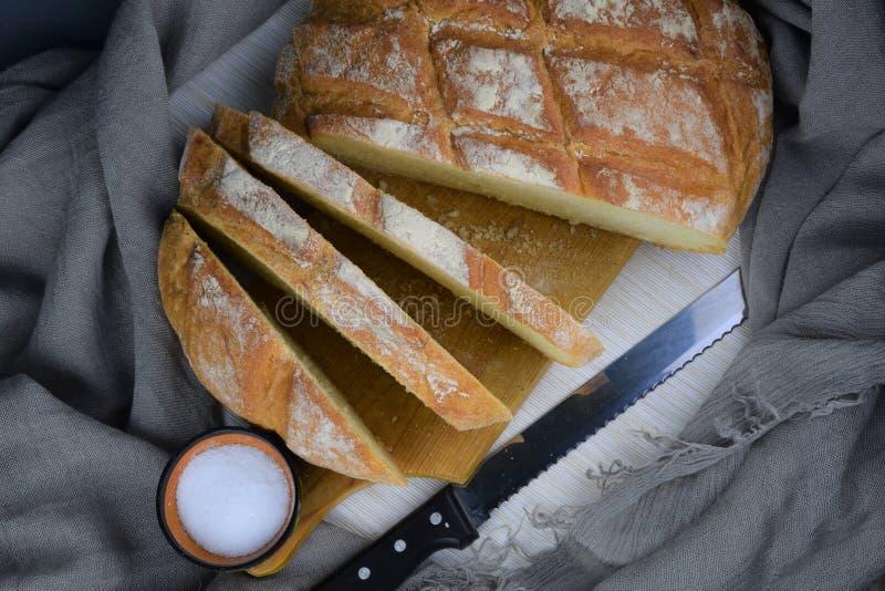 Nytt skivat vitt bröd och saltar arkivfoto
