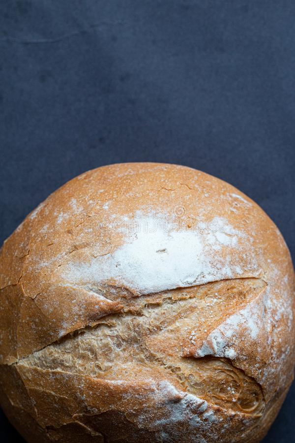 Nytt släntra av hemlagat bröd som bakas med vetemjöl royaltyfri fotografi