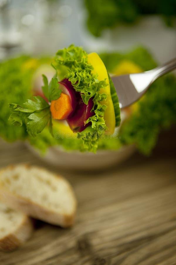 Nytt smakligt sunt blandat sallad och bröd bordlägger på arkivbilder
