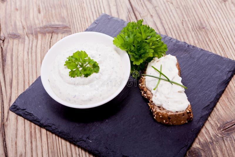 Nytt smakligt växt- krämost och bröd arkivbilder