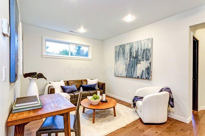 Nytt specialbyggt hem med en vit- och bruntvardagsrum royaltyfria foton