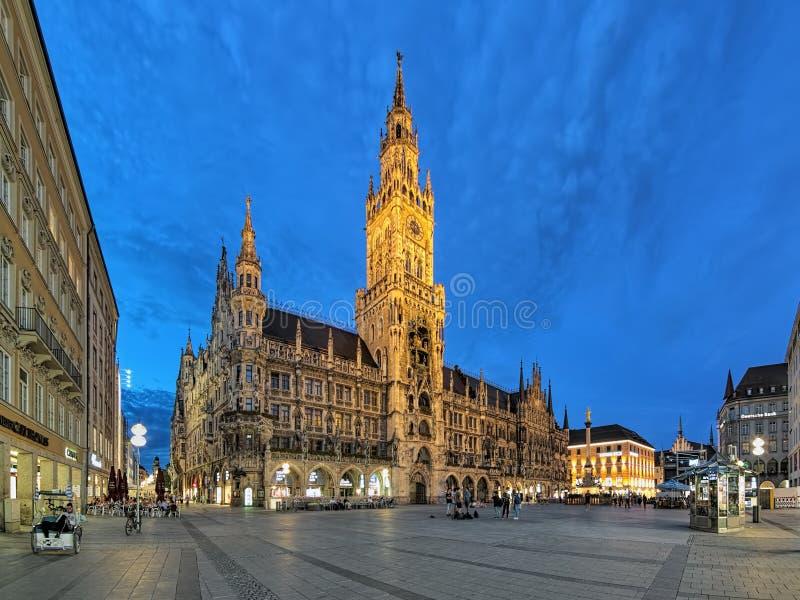 Nytt stadshus på den Marienplatz fyrkanten av Munich i aftonen, Tyskland arkivbilder