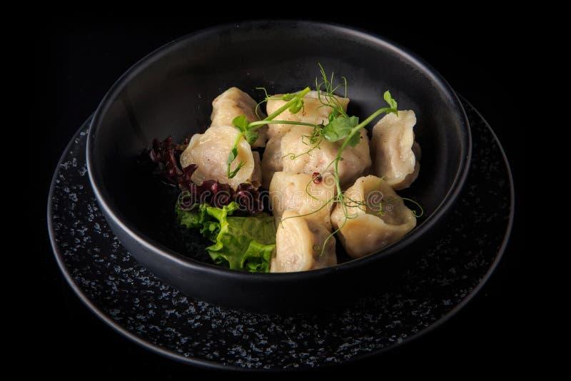 nytt tjänade som kokta köttklimpar med sallad i bunke royaltyfria foton