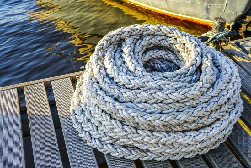 Nytt tjockt rep för att förtöja skepp och fartyg i port royaltyfri fotografi