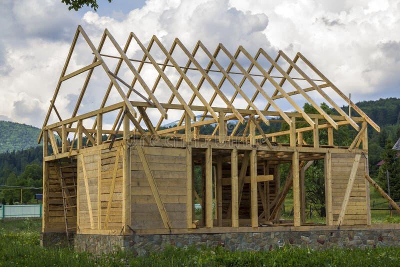 Nytt trähus under konstruktion i tyst lantlig grannskap arkivfoton