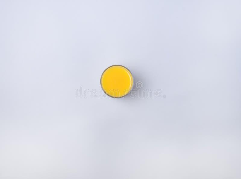 Nytt utrymme för kopia för sikt för Juice Fruit Orange Glass Color blått bakgrundsöverkant plant lekmanna- royaltyfri fotografi