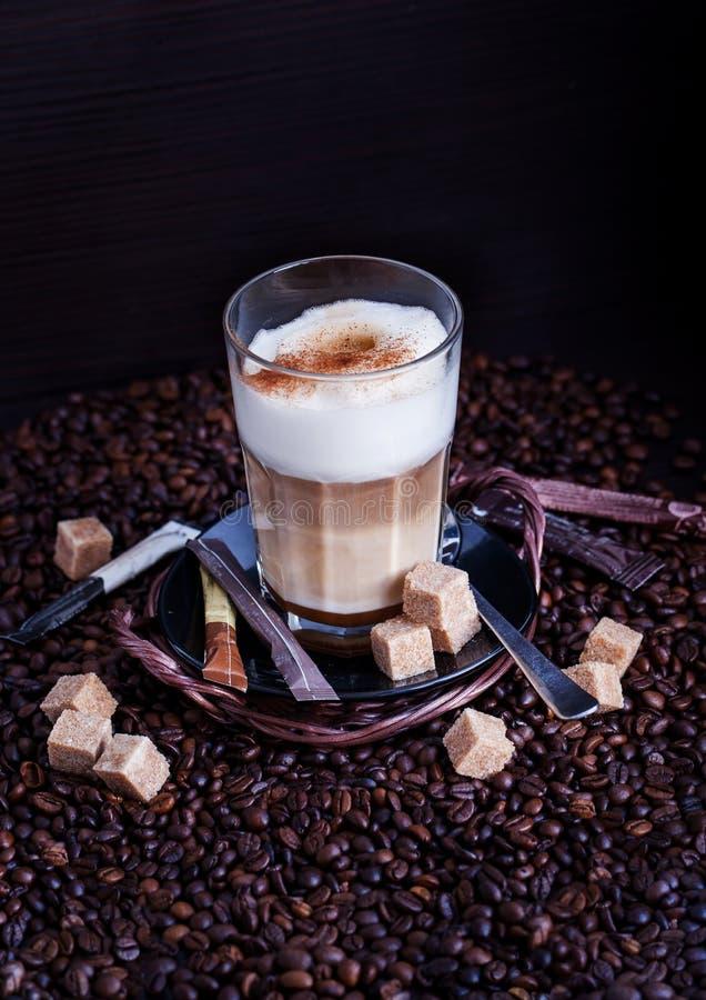 Nytt varmt smakligt lattemacchiatokaffe royaltyfria foton