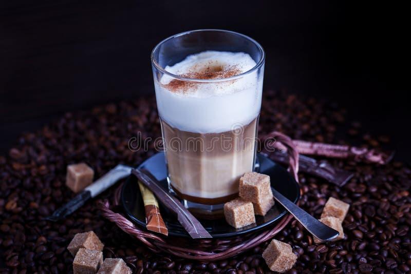 Nytt varmt smakligt lattemacchiatokaffe royaltyfri foto