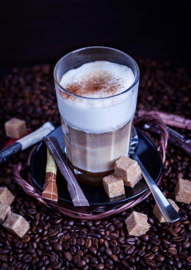 Nytt varmt smakligt lattemacchiatokaffe royaltyfri fotografi