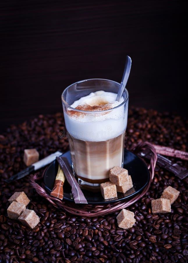 Nytt varmt smakligt lattemacchiatokaffe royaltyfri bild