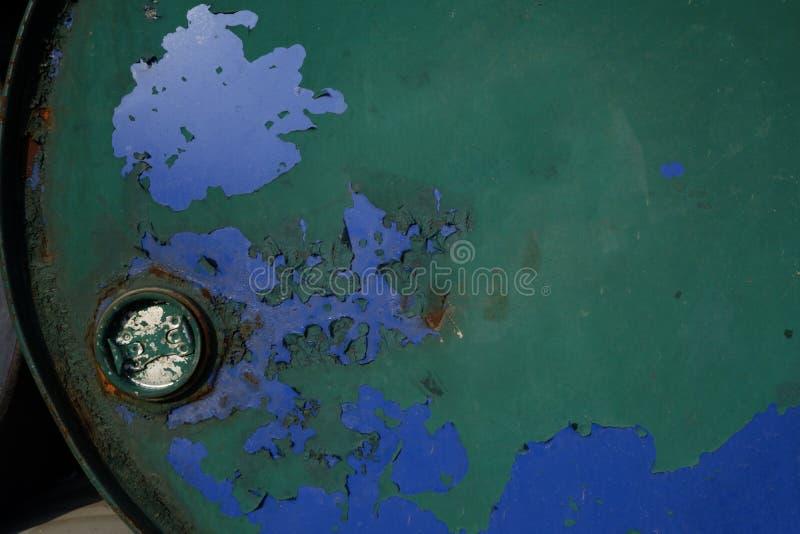 Ośniedziały metal baryłki tło Stara baryłka z grunge teksturą Brudny tło krakingowa zieleń i błękitna farba - Wizerunek obrazy stock
