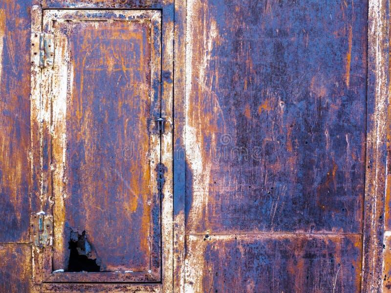 Ośniedziały stary żelaza pudełko z przeciekającym drzwi zdjęcie royalty free