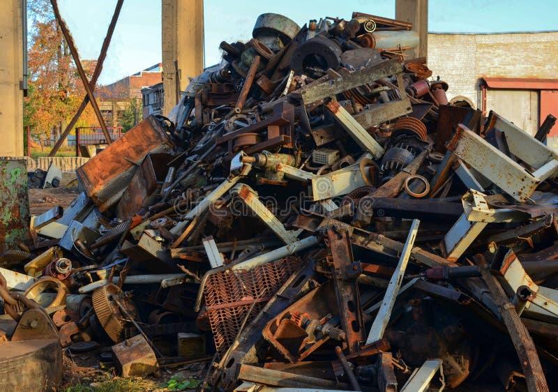 Ośniedziali silniki brogujący w scrapyard Parowozowe części smarować i zakrywać z rdzą zdjęcie stock