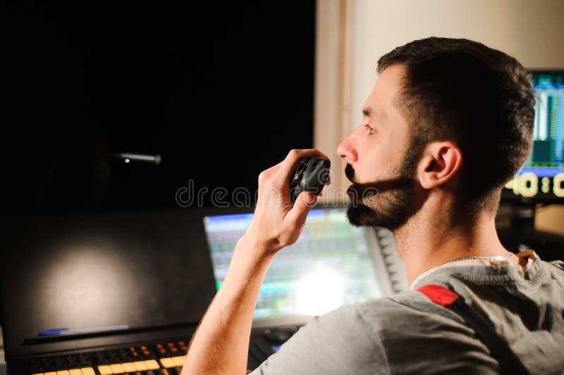 Oświetleniowy inżynier pracuje z światło techników kontrolą na koncertowym przedstawieniu Profesjonalisty lekki melanżer, miesza  obraz stock