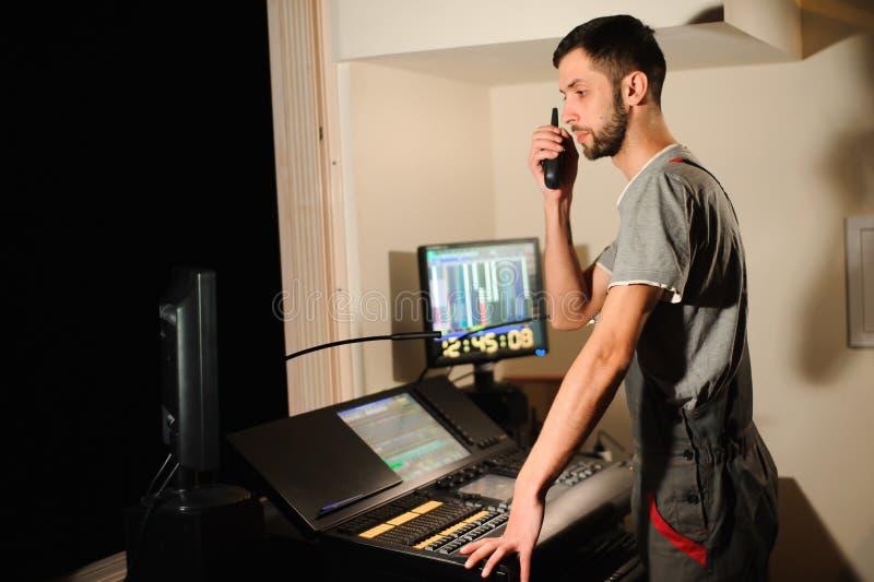 Oświetleniowy inżynier pracuje z światło techników kontrolą na koncertowym przedstawieniu Profesjonalisty lekki melanżer, miesza  zdjęcia royalty free