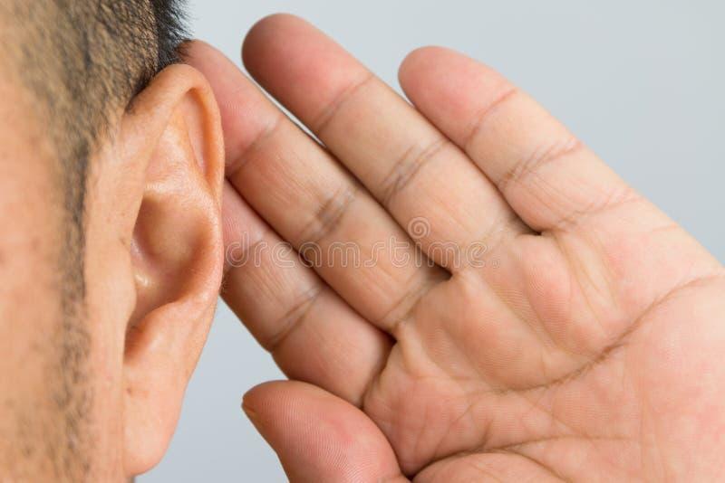 Oído del hombre imagen de archivo
