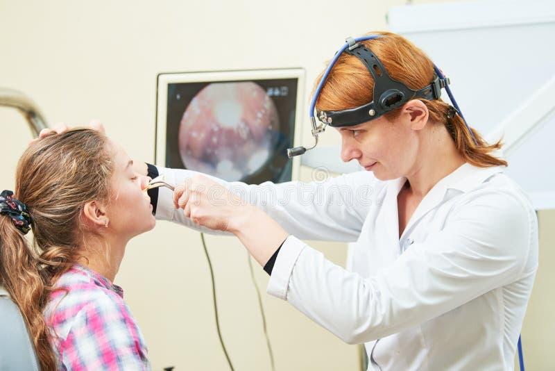 Oído, nariz, examen de la garganta Doctor ENT con un paciente y un endoscopio del niño foto de archivo libre de regalías