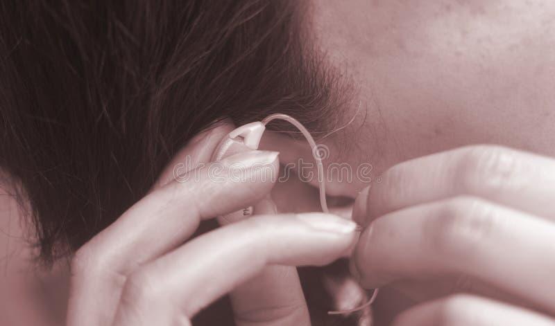 Oído sordo del audífono de la mujer fotos de archivo libres de regalías