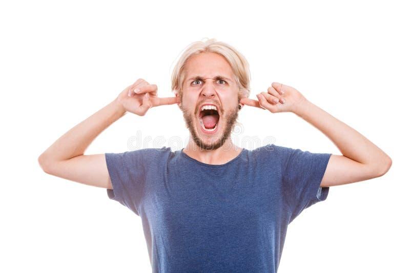 Oídos cerrados del hombre enojado con los fingeres fotografía de archivo