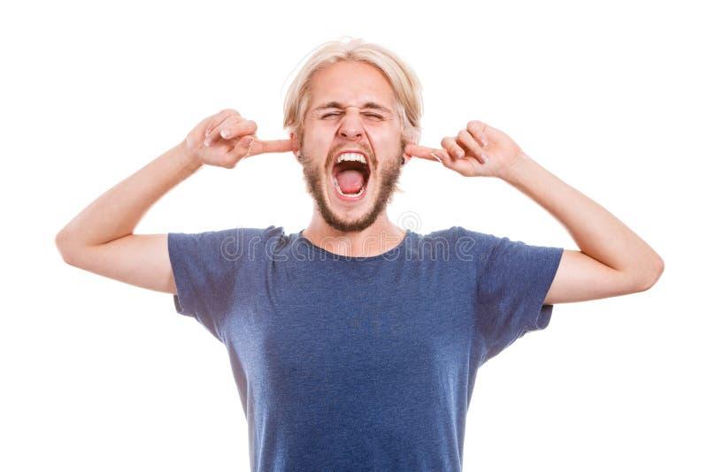 Oídos cerrados del hombre enojado con los fingeres imagen de archivo