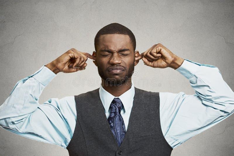 Oídos cerrados del hombre que evitan la conversación desagradable, situación imágenes de archivo libres de regalías