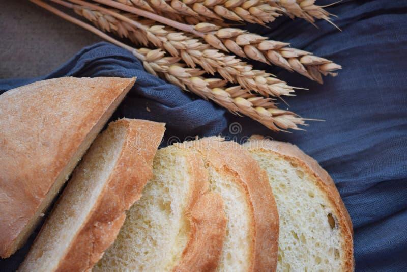 Oídos cortados frescos del pan y del trigo foto de archivo libre de regalías