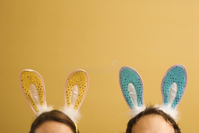 Oídos de conejo de los pares que desgastan. fotos de archivo libres de regalías