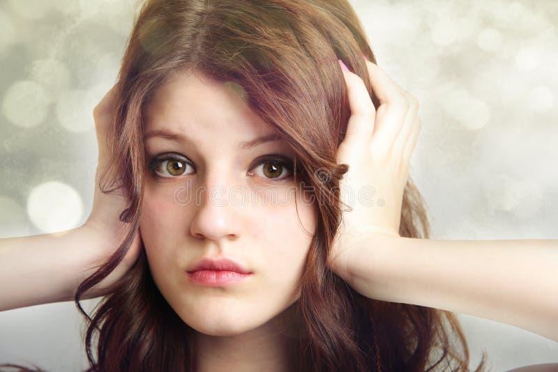 Oídos de la cubierta de la muchacha que no escuchan fotos de archivo