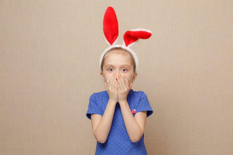 Oídos del conejito de la muchacha linda del pequeño niño que llevan el día de Pascua foto de archivo libre de regalías