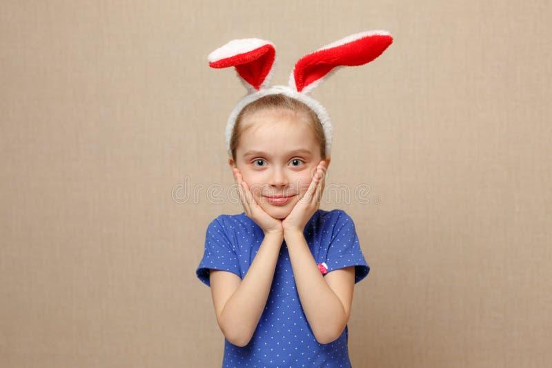 Oídos del conejito de la muchacha linda del pequeño niño que llevan el día de Pascua fotografía de archivo libre de regalías