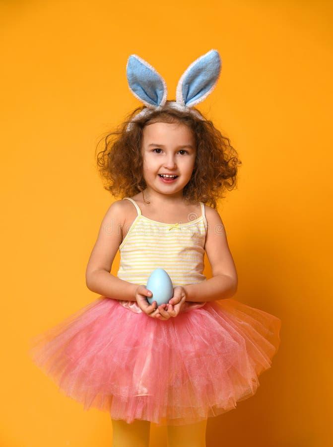 Oídos del conejito de la muchacha linda del pequeño niño que llevan el día de Pascua imagen de archivo libre de regalías
