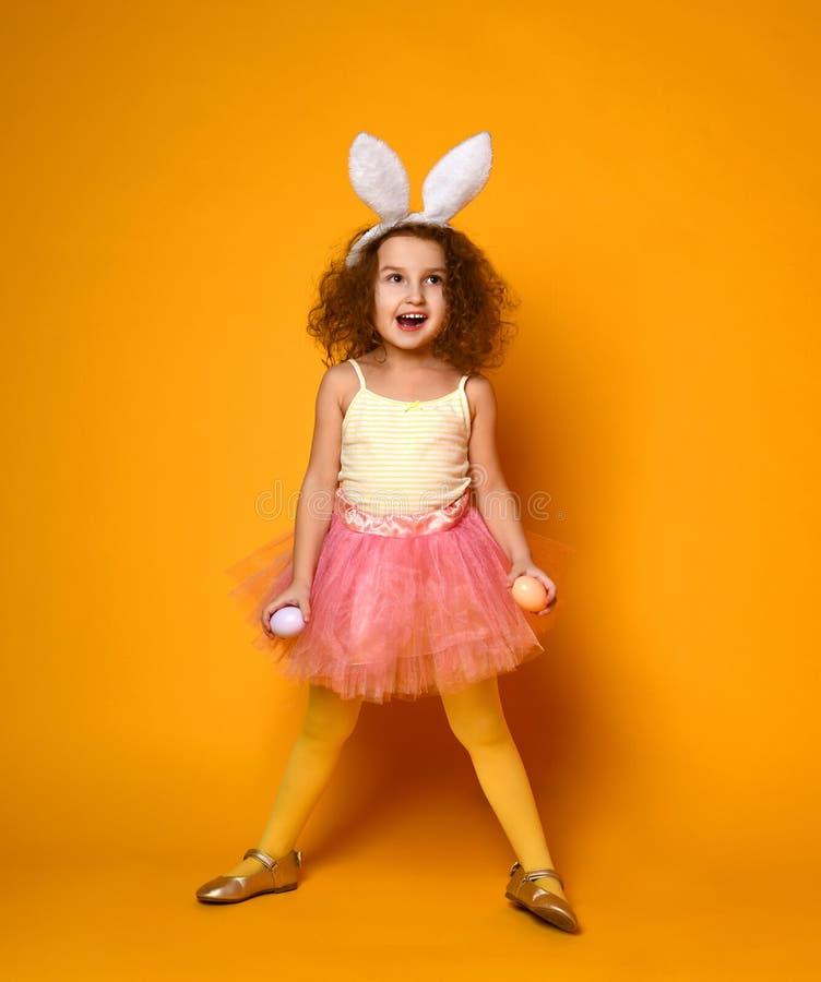 Oídos del conejito de la muchacha linda del pequeño niño que llevan el día de Pascua fotografía de archivo