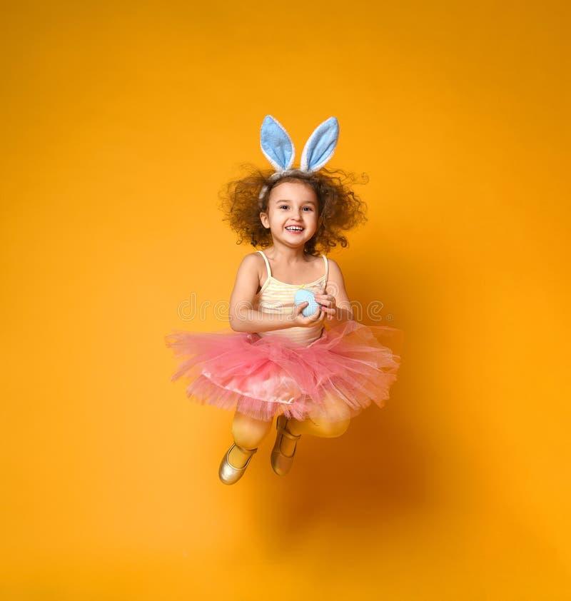 Oídos del conejito de la muchacha linda del pequeño niño que llevan el día de Pascua imágenes de archivo libres de regalías