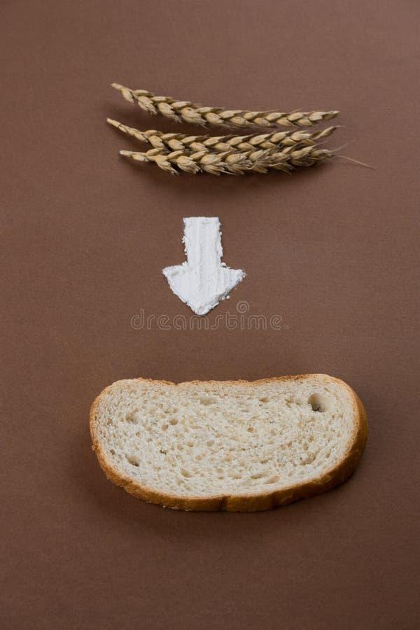 oídos, la flecha de la harina y un pedazo de pan la comida del minimalismo plana pone imagen de archivo libre de regalías