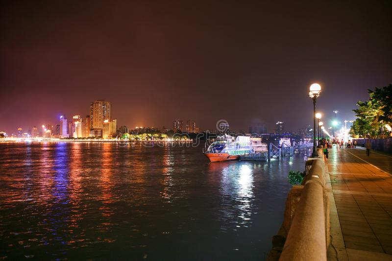 Обваловка Гуанчжоу Pearl River вечером стоковое изображение rf