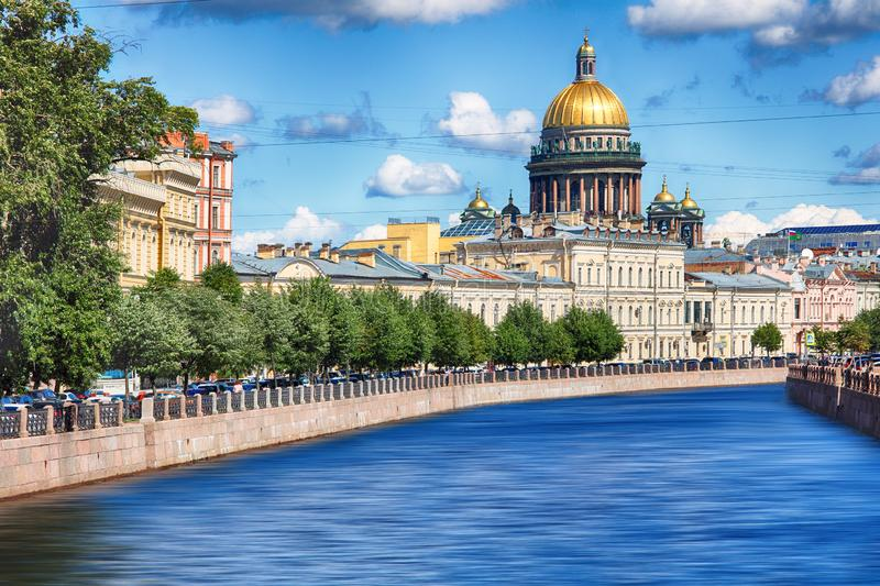 Обваловка реки Moika, собора St Исаак на заходе солнца в осени в Санкт-Петербурге стоковая фотография rf
