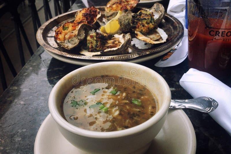 Обед на таблице, супе и испеченных устрицах стоковые фото
