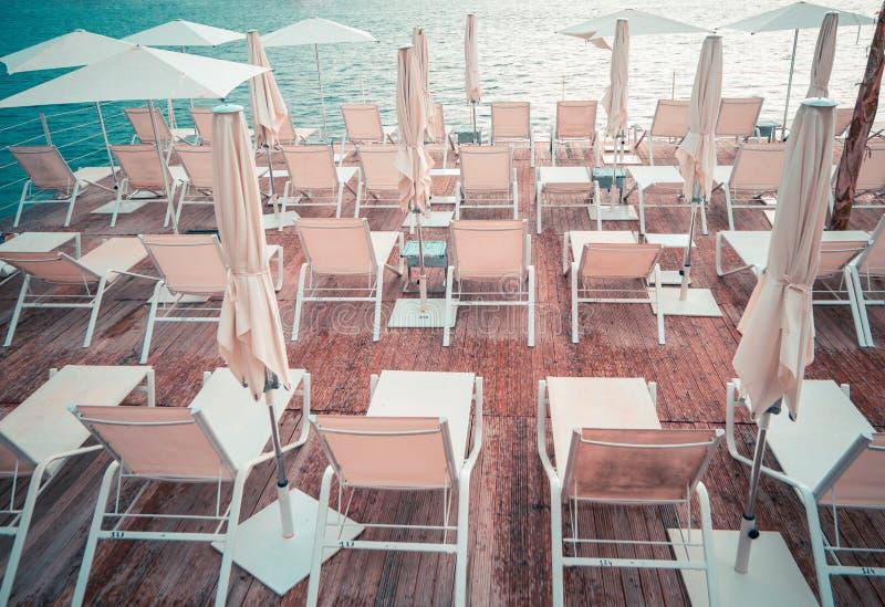 Обзор красивого солярия смотря на море на горячий летний день стоковые фотографии rf