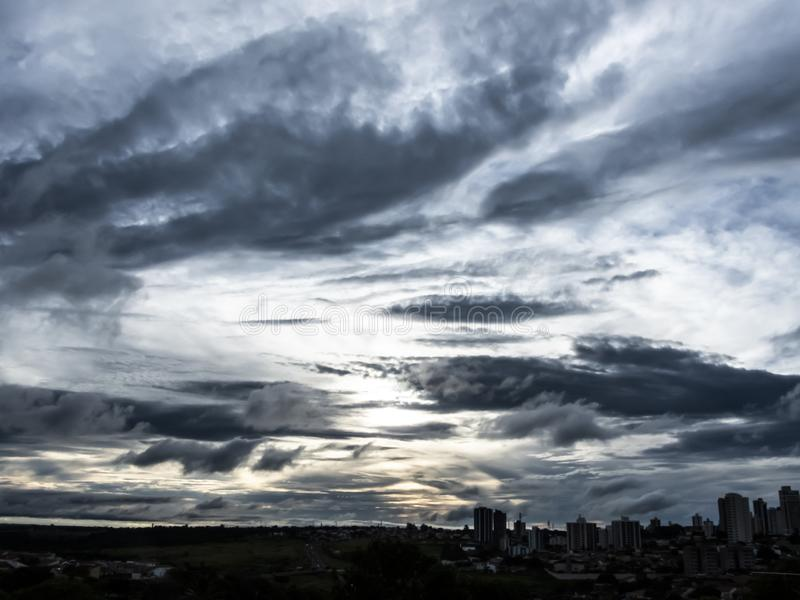 облака захода солнца в городе Marilia стоковое изображение rf