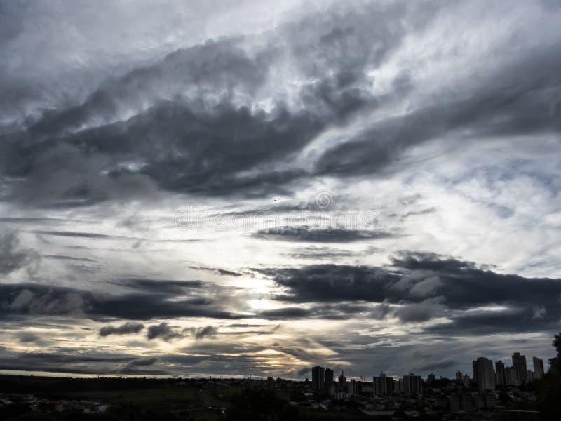 облака захода солнца в городе Marilia стоковое изображение