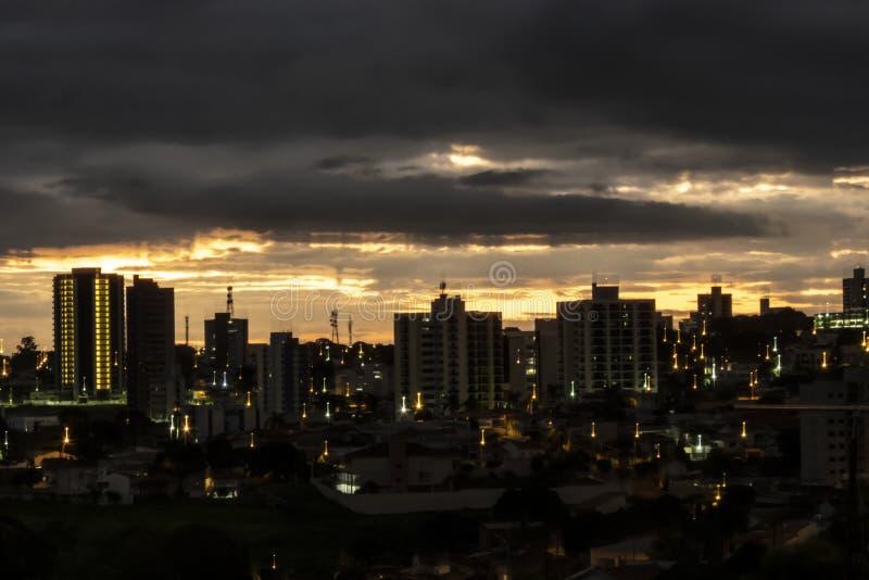 облака захода солнца в городе Marilia стоковая фотография rf