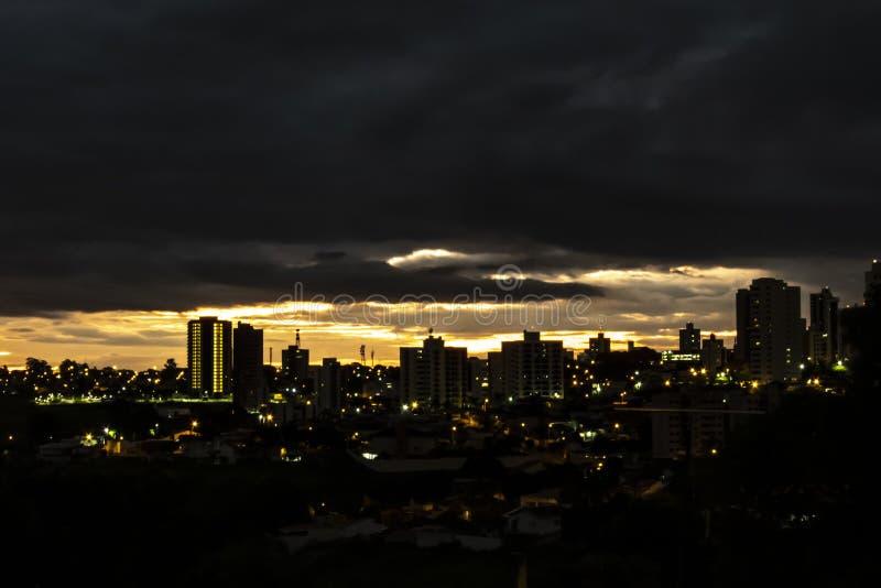облака захода солнца в городе Marilia стоковые фото