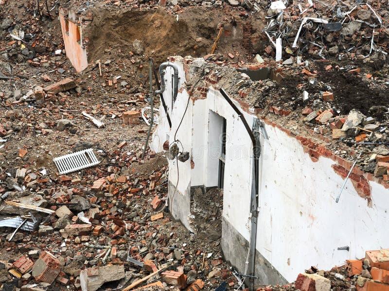 Обмылки и щебень стены после подрывания дома стоковое фото rf