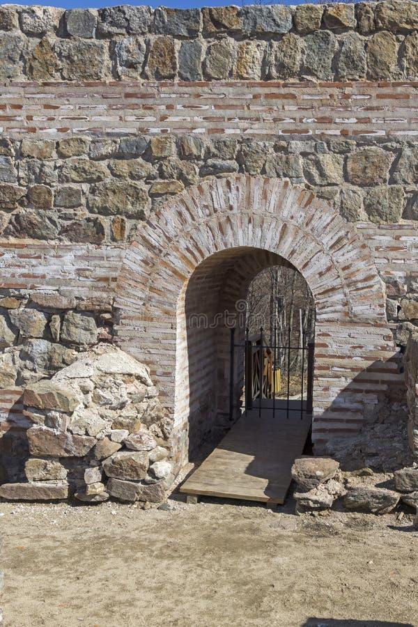 Обмылки старое римского крепость ворота Trajan, Болгария стоковая фотография rf