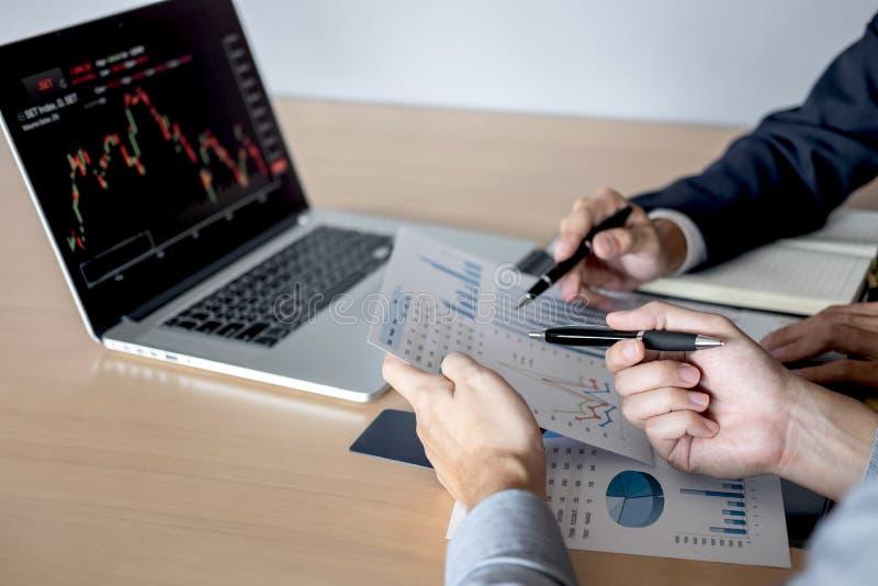 Обсуждение команды дела на встрече к планируя проекту торговой операции вклада и стратегии дела на фондовой бирже с партнером, стоковое изображение rf