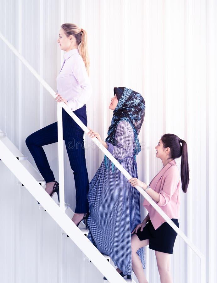 Объединяйтесь в команду вверх бизнес-леди шагая лестница, для концепции успеха женщины стоковая фотография rf