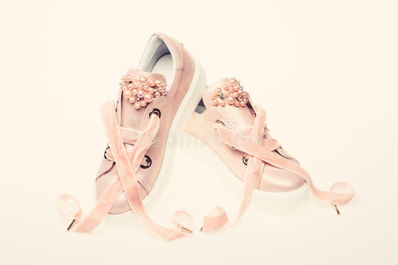 Обувь для девушек и женщин украшенных с жемчугом отбортовывает Пары бледного - розовые женские тапки с лентами бархата стоковая фотография