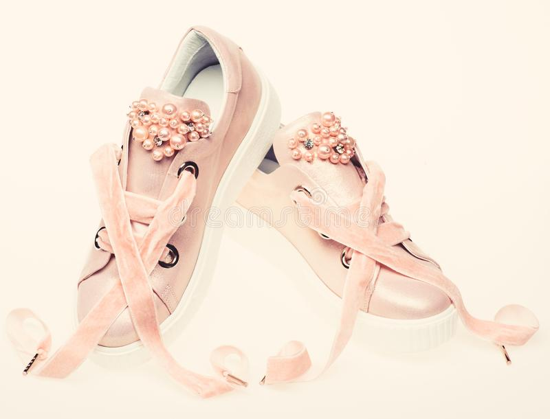 Обувь для девушек и женщин украшенных с жемчугом отбортовывает Концепция женственности Пары бледного - розовые женские тапки с стоковое изображение rf