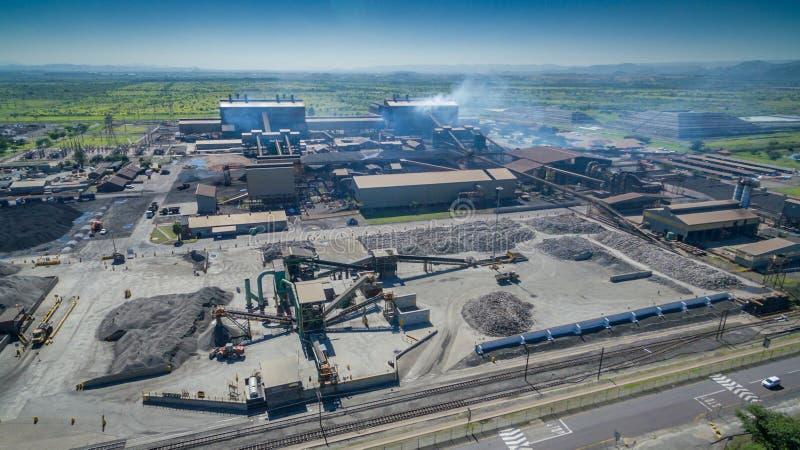 Обработка руды, плавящ и завод pelletizing увиденный сверху на солнечный день стоковые фото